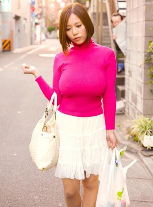 【おっぱい】服の上からもわかるたわわな巨乳? タートルネック着衣巨乳画像50枚