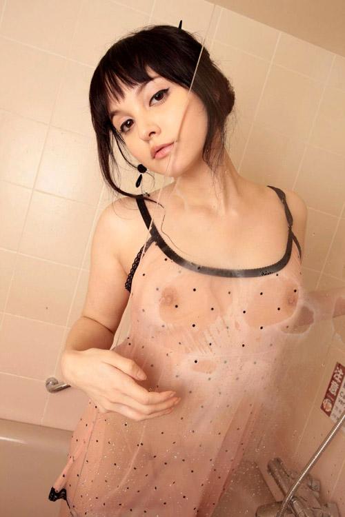 水に濡れて乳首や乳輪が透けて見えるおっぱい21