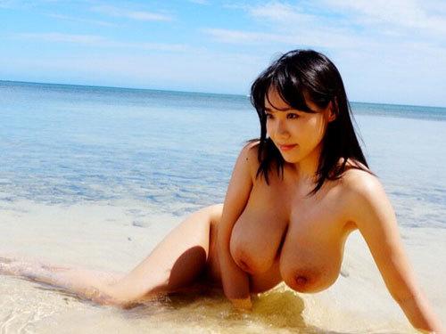 夏が待ち遠しい海や砂浜でおっぱい丸出しではしゃぐお姉さん