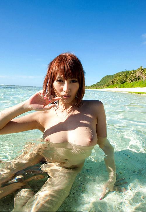 夏が待ち遠しい海や砂浜でおっぱい丸出しではしゃぐお姉さん26