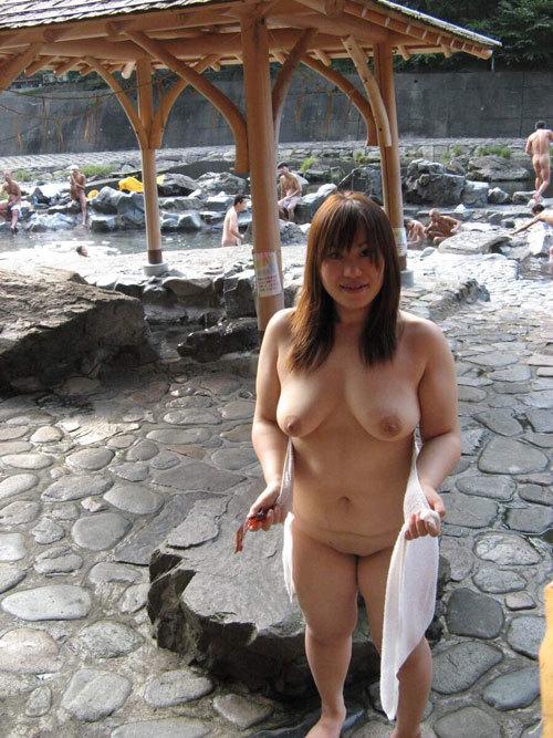 【画像】混浴の露天温泉に巨乳女が突如降臨した時の画像がこちら