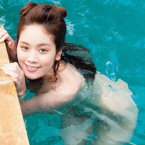 筧美和子が全裸でプールにはいっておっぱいとお尻丸出し
