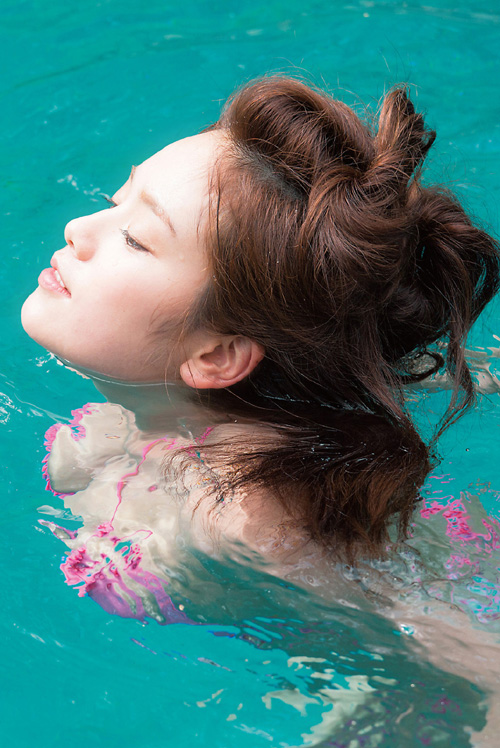 筧美和子が全裸でプールにはいっておっぱいとお尻丸出し2