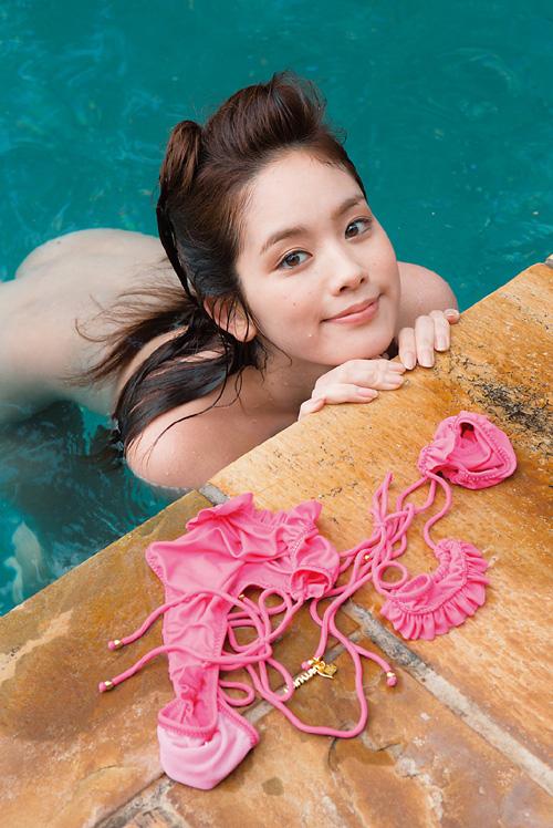 筧美和子が全裸でプールにはいっておっぱいとお尻丸出し3