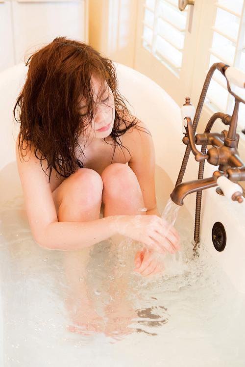 筧美和子が全裸でプールにはいっておっぱいとお尻丸出し10