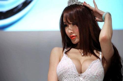 やたらと乳を強調する台湾モデルのエロ画像 part10