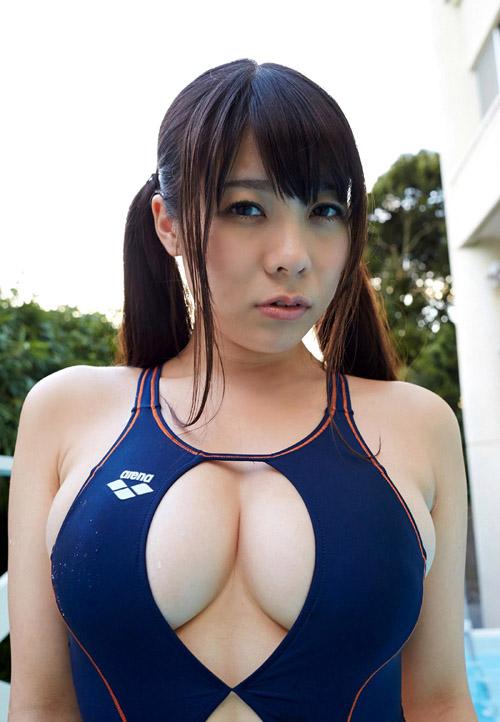 競泳水着なのに胸元が開いておっぱいの谷間丸見え1