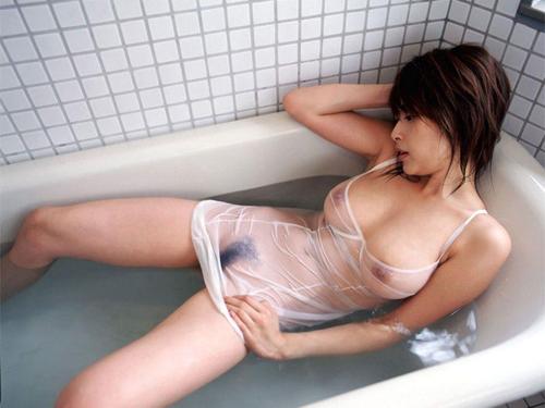 【濡れ透けエロ画像】濡れた着衣は透けやすいっていうから検証してみた結果www