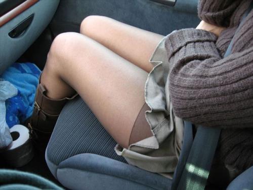 車とミニスカートでエロ倍増★エロ画像50枚