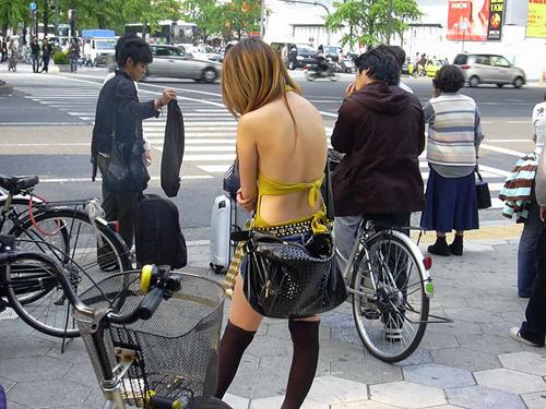 背中を大胆に露出してる素人の街撮り着衣画像