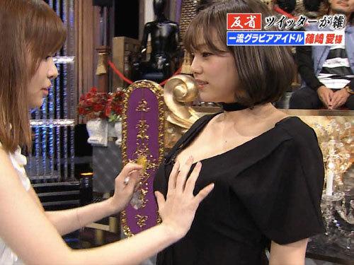 篠崎愛が指原に乳を揉まれる