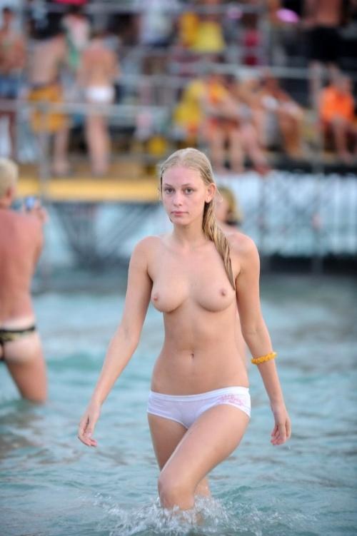 【トップレス】 海水浴場でトップレスになっておっぱい丸出しになってる女の子wwwwwwwwwwwwwwwwwwwwww