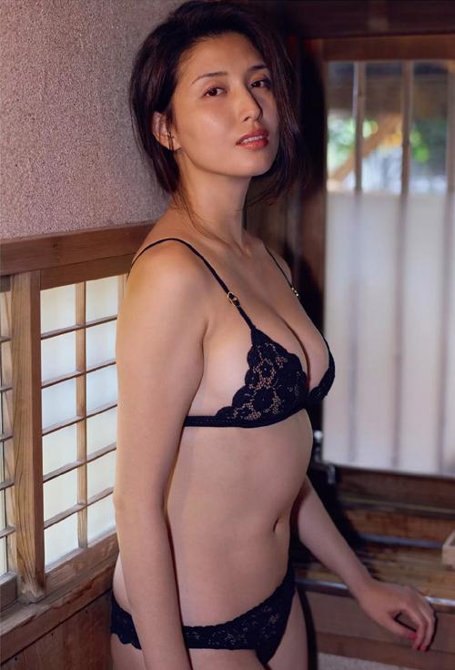 橋本マナミ Gカップの愛人が物欲しそうに誘う 濡れ透けセミヌードグラビア