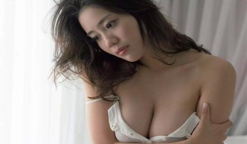 【白石あさえグウカワGカップ乳おっぱいグラビア水着画像】巨乳はみ出すぎ!