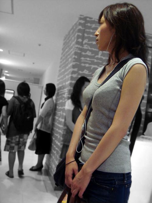 【着衣巨乳エロ画像】街でパイスラ女子を発見したら胸元をエロ目線でガン見するわwww