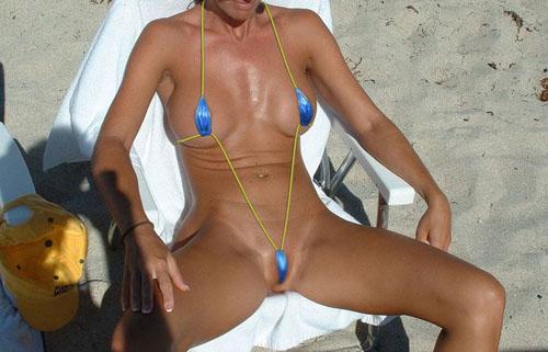 【水着エロ画像】泳がせてポロリを狙うのは当然な破廉恥な極小水着美女www