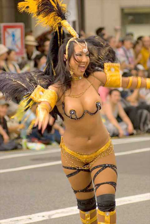 【衝撃画像】神戸サンバ祭りが素人娘の裸踊りになっている件…もうめちゃくちゃ…