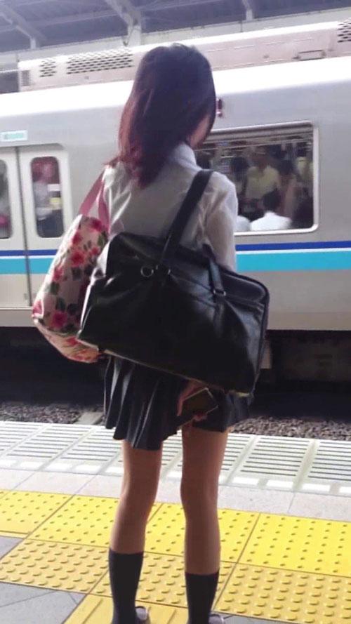 電車のりばで見つけた「JK」の後をつけて→エスカレーターでパンツ隠し撮り成功している映像!