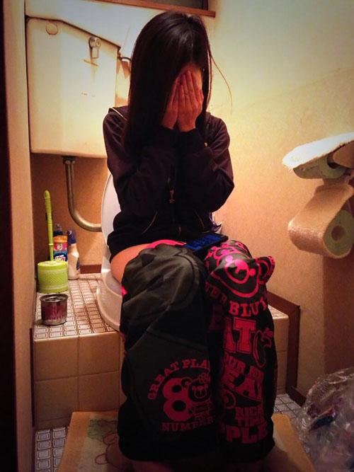ラブホ入って彼女が用を足してる時にトイレに突撃して撮ったエロ画像とか!wwww