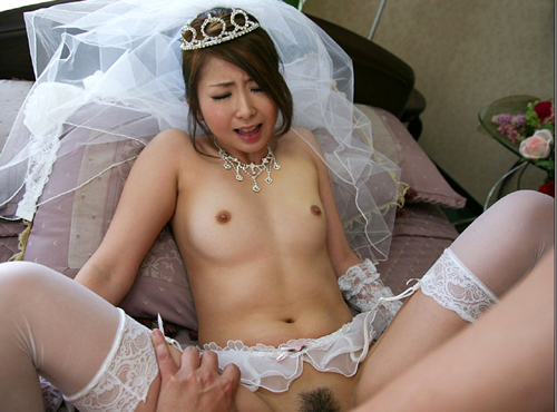 ウェディングドレス姿の花嫁のおっぱい25