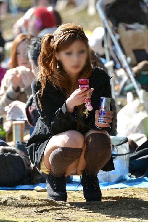 不用意にしゃがんでしまってガッツリパンツ見えてる女のパンチラ画像wwww