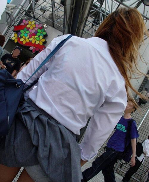 駅や街中で制服jkの透けブラをエロ目線でガン見してしまうんだがwww【画像30枚】