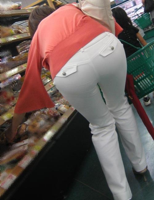 【街撮り透けパン】白いパンツを無神経に履いてる女!盛大にパンティラインや柄が浮き出てるwwww(画像)