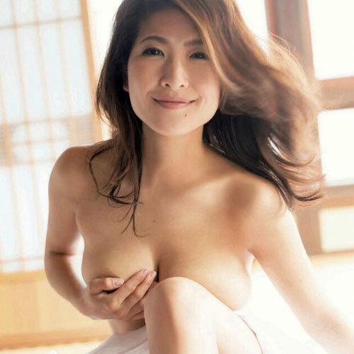 古瀬絵理(39歳)ラスト写真集でスイカップがポロリしたセミヌード!