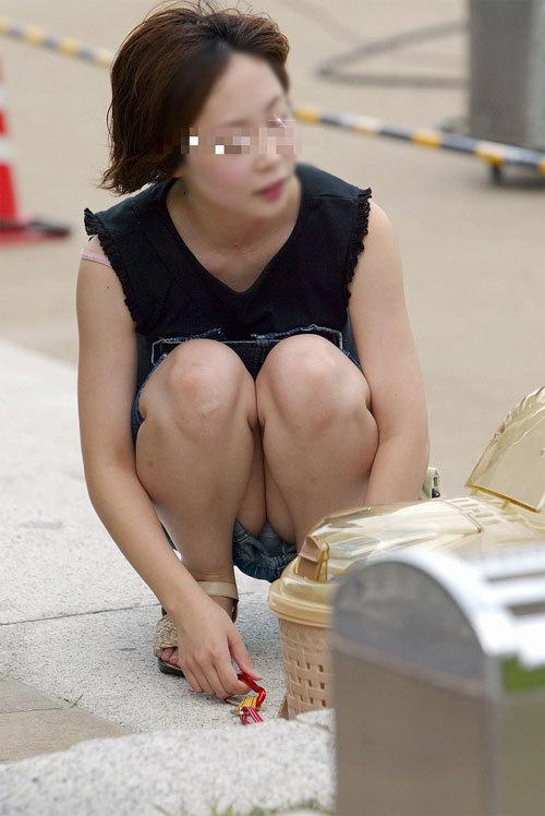 【熟女パンチラエロ画像】しゃがみ込んだ奥さんのパンツが見たくてスカートの中を盗撮www