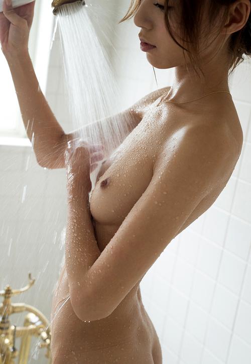 シャワーを浴びてる濡れ濡れのおっぱい16