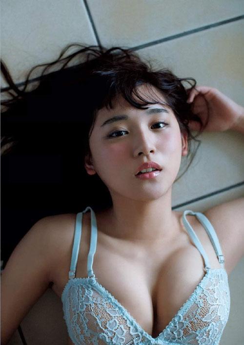 【画像あり】浅川梨奈(18)のEカップ強調したビキニ水着姿が最高にエロくて抜けるwww