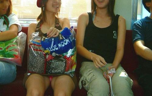 【電車内エロ画像】電車内で油断した女たちを盗撮!?女性陣、ご注意www