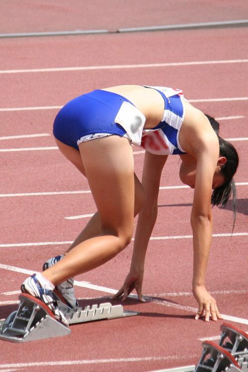 【女子陸上エロ画像】露出度が高いユニフォームで選手たちのエッチなハプニングが続出wwwww