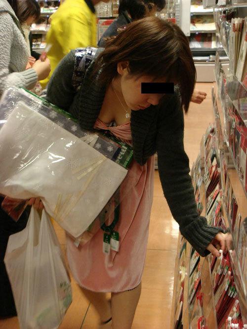 【胸チラエロ画像】店内で買い物してる女性客の胸元を狙って最高の景色を隠し撮りwww