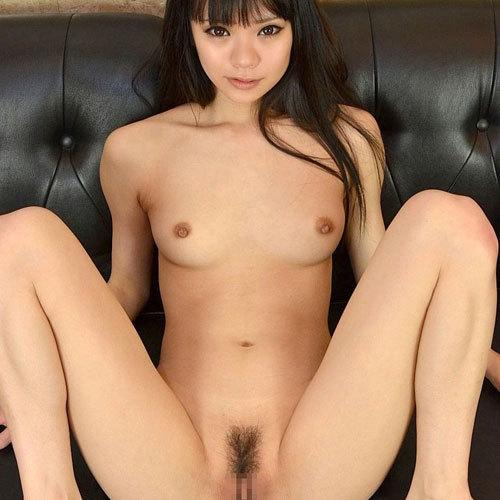 おっぱい丸出しで開脚して股間やオマンコ見せてる女の子 エロ画像