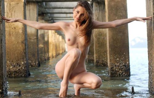 【裸体エロ画像】簡単には折れませんw肋骨浮きも魅力なスレンダー美女たちwww