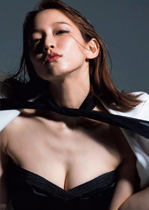 吉岡里帆(24) 久々のグラビアで艶々な美脚セクシー。