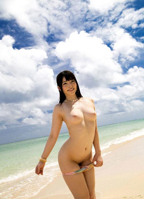 海の日記念に海でおっぱい丸出しのおねえさん2
