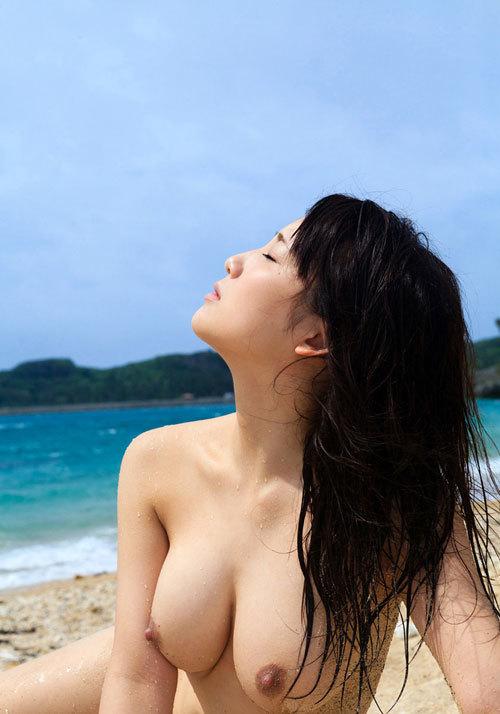 海の日記念に海でおっぱい丸出しのおねえさん23