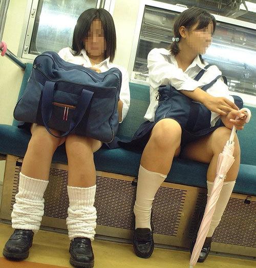 【電車内盗撮エロ画像】制服JKのスリム美脚をスマホの無音アプリで撮りまくるwww