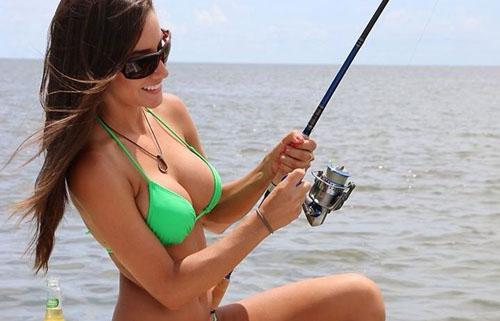 【水着エロ画像】ヒット時にイタズラしてみたいw際どいビキニ姿で釣り糸垂らす外人たちwww