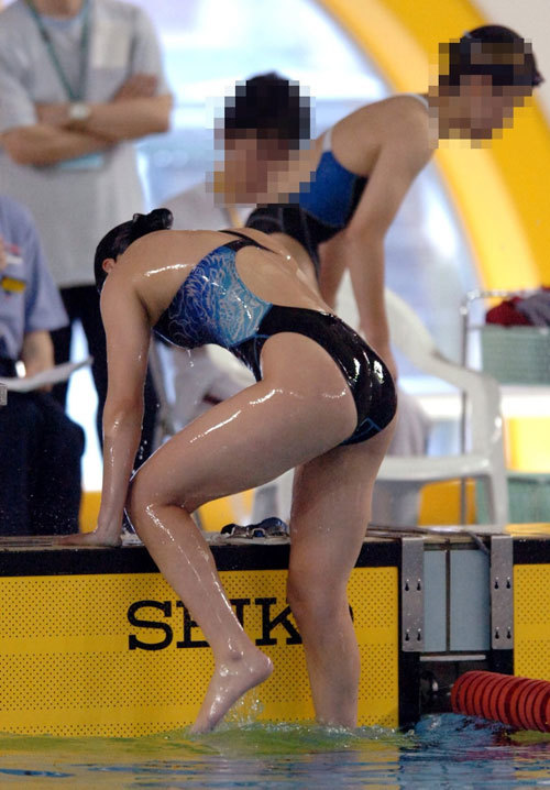【競泳水着エロ画像】水泳部の女子選手の鍛え上げられたガチムチの肉体ってオカズになるよなwww