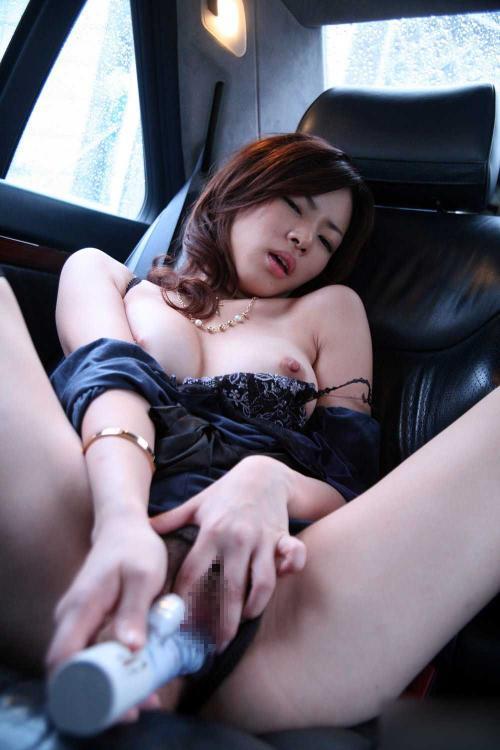 露出の興奮も軽く味わえる!車の中でオナニーしてる女のエロ画像wwww