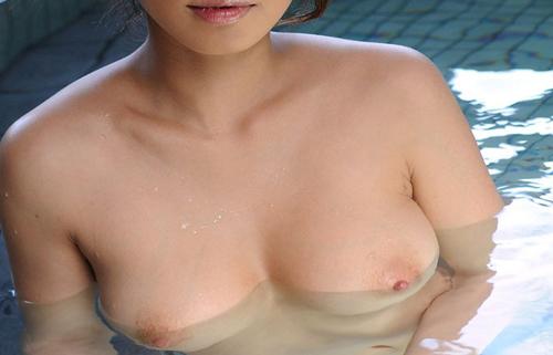 【入浴エロ画像】夏でもしっかり浸かる方は素敵w湯船で乳浮かべる美女www