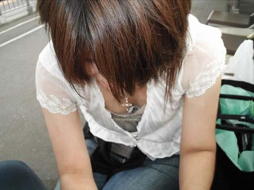 【街撮り胸チラエロ画像】油断した素人たち!緩んだ胸元を狙われた!?www