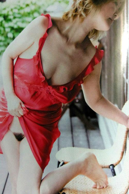 【ヌード画像】泰葉(56歳)衝撃の垂れ乳ヘアヌード解禁…この年で乳首も陰毛も晒した地獄人生…