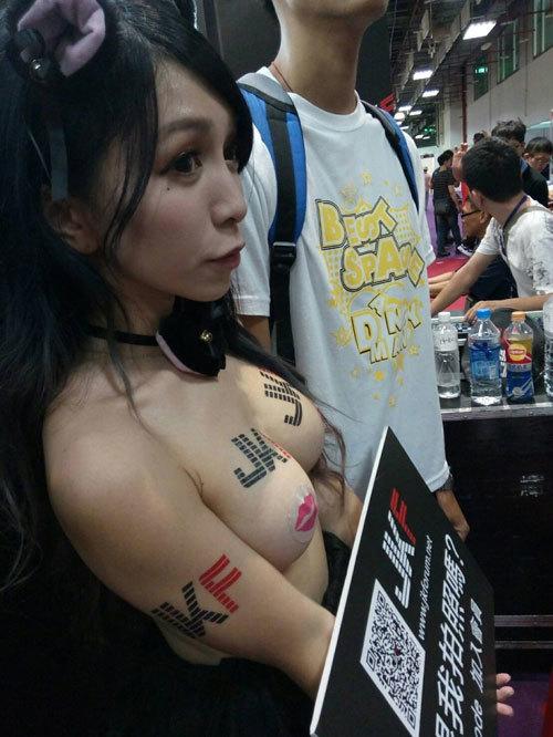 乳首ニプレスのエロコンパニオンが台湾アダルトエキスポに居た「Bubu 布布醬」