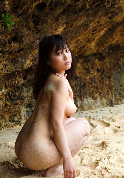 海や砂浜でおっぱい丸出しで露出してる9