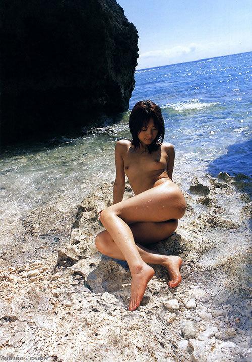 海や砂浜でおっぱい丸出しで露出してる12
