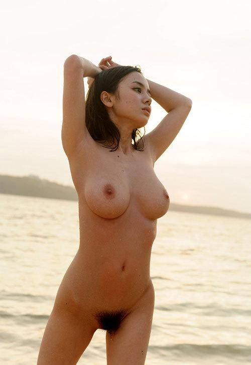 海や砂浜でおっぱい丸出しで露出してる18
